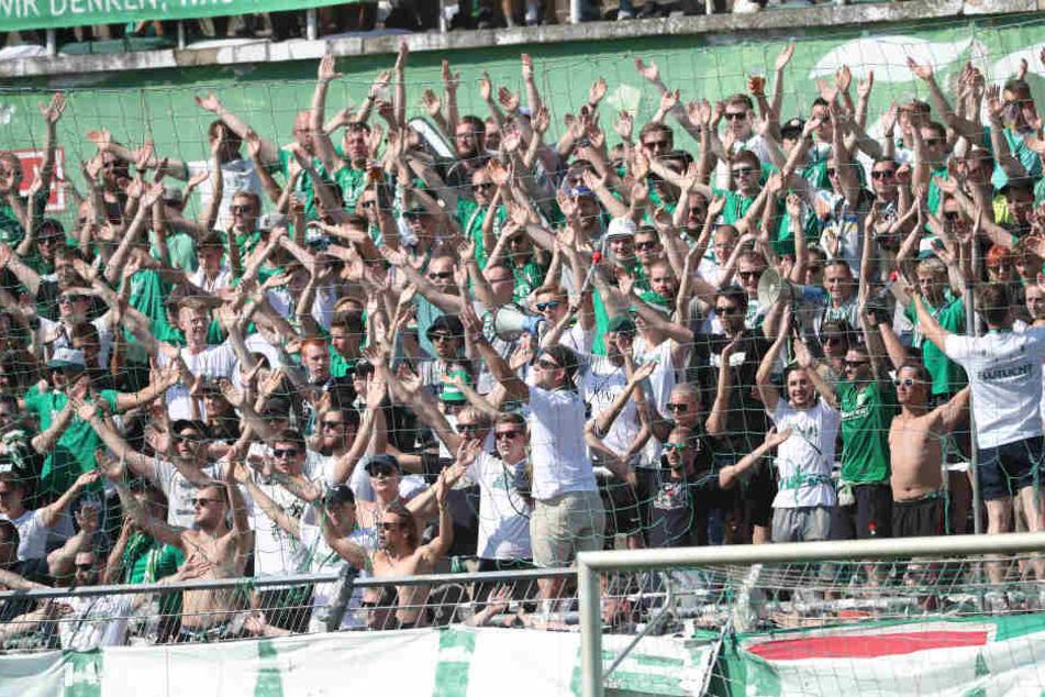 Fiebern einem (noch) attraktiveren Gegner in der 2. Runde entgegen: Die Fans der BSG Chemie Leipzig.