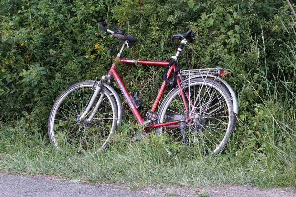Das rote Fahrrad des Verunfallten.
