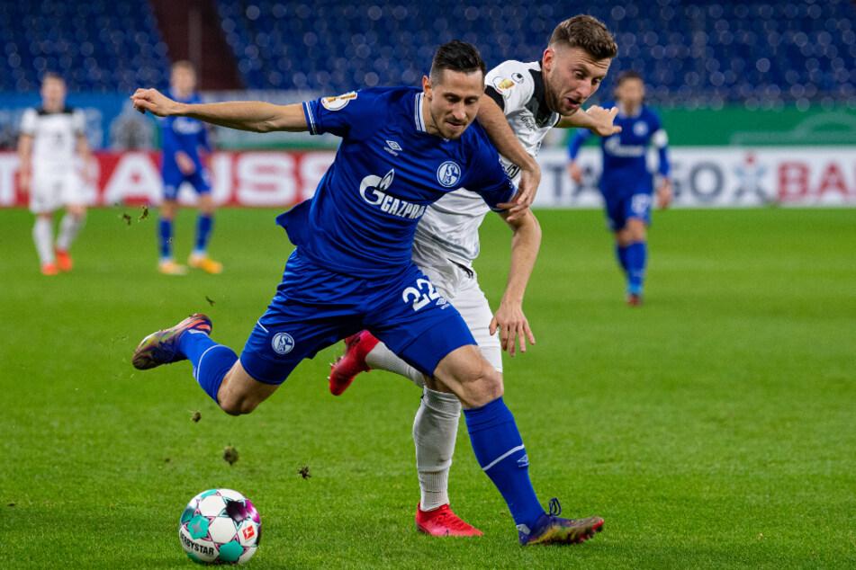 Schalkes Steven Skrzybski (l.) wehrt sich gegen Ulms Albano Gashi.