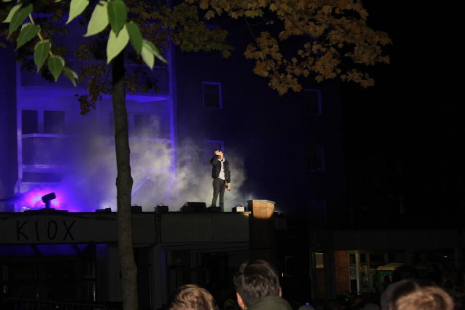 "Hunderte Fans sind zum Plattenladen ""KIOX"" gekommen, um Kummer live zu sehen."