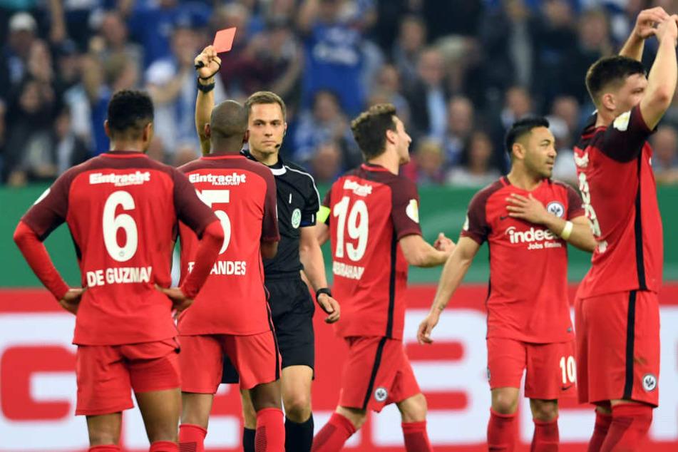 Im Halbfinale des DFB-Pokals gegen Schalke 04 sah Fernandes nur zwei Minuten nach seiner Einwechslung glatt rot.