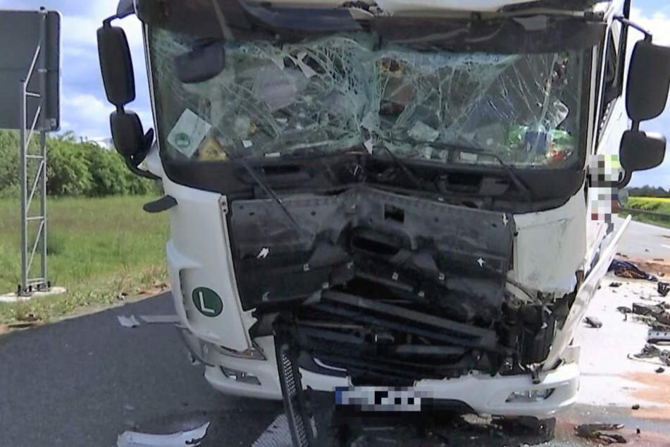 Auf der A4 wurde der Laster komplett zerstört.