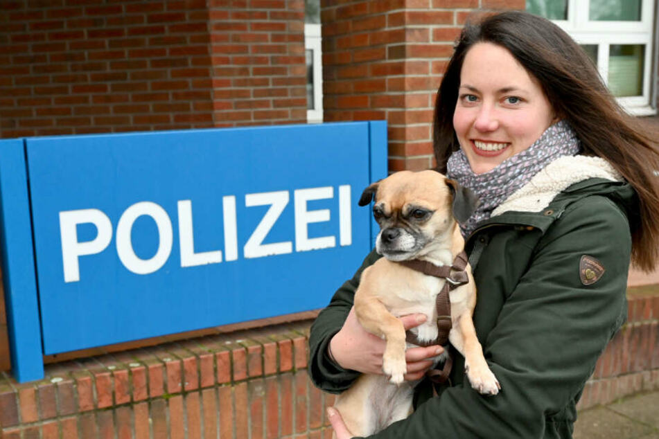 Kriminalhauptkommissarin Birthe Christiansen hält Mops Wilma in ihrem Arm.