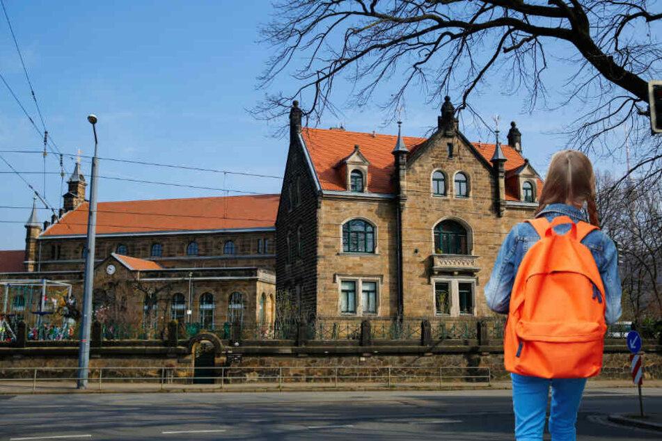 Radfahrer fährt Mädchen (10) in Dresden an und flüchtet