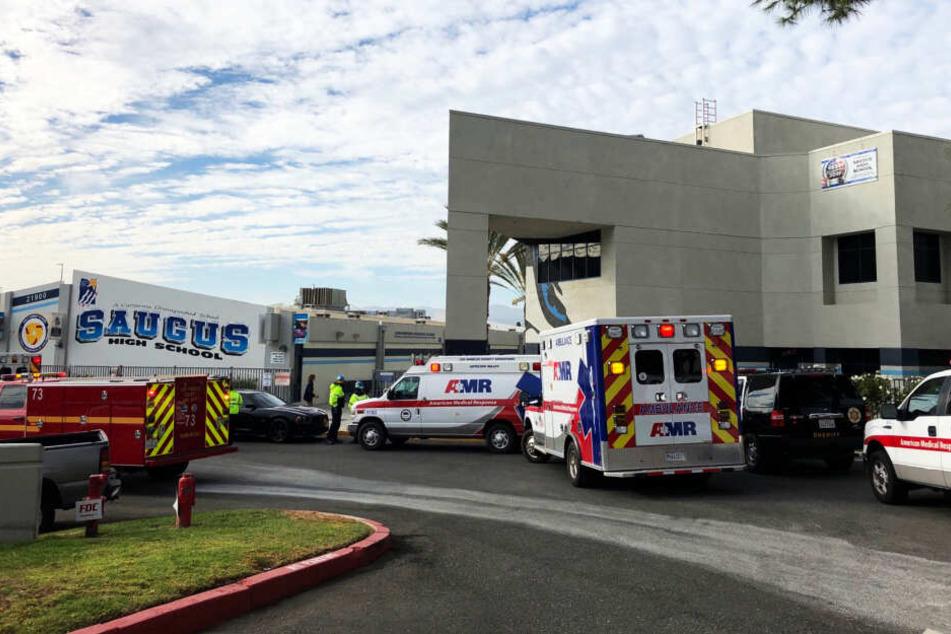 Krankenwagen stehen vor der High School, an der die Schießerei stattfand.