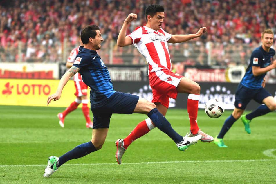 Norman Theuerkauf vom 1. FC Heidenheim hier mit Unions Eroll Zejnullahu.