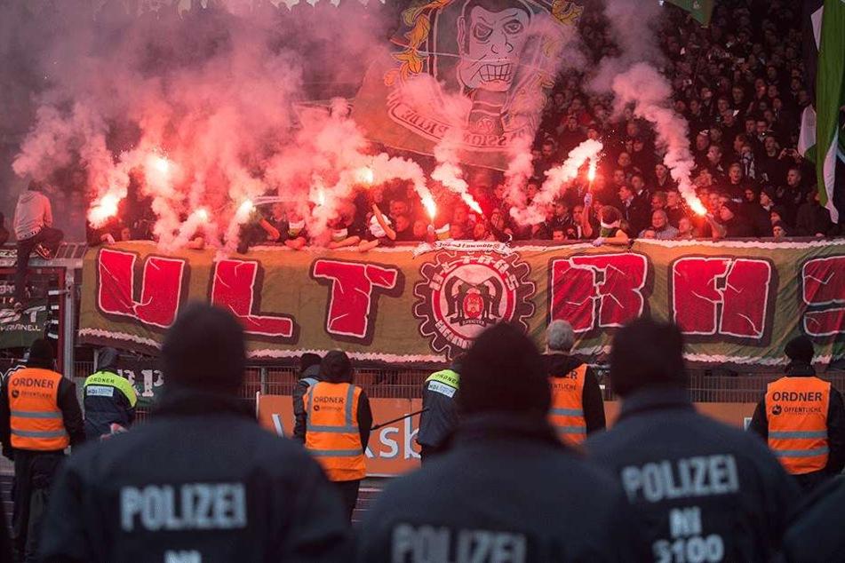 Pyro im Ultrablock von Hannover. Doch auch im