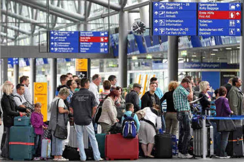 Zahlreiche Reisende werden am Dienstag an den Flughäfen Leipzig/Halle und Dresden nicht abheben können.(Archivbild)