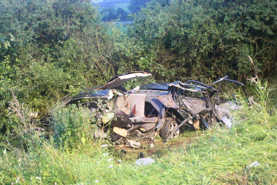 Das Auto ist gegen einen Baum geprallt und in einem Straßengraben liegen geblieben. Der Fahrer wurde eingeklemmt und starb wenig später an seinen Verletzungen.