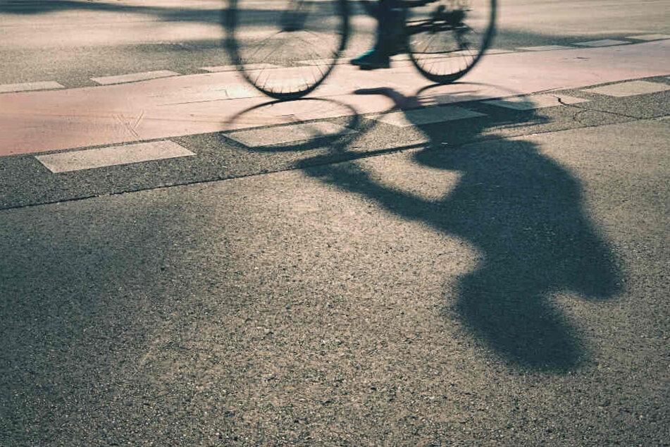 Wer hat den Radfahrer gesehen? Die Polizei sucht Zeugen. (Symbolbild)