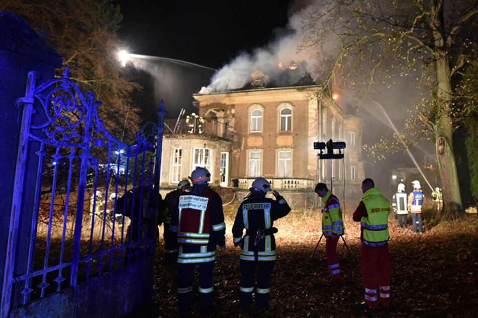 Kokelei von Kindern gerät außer Kontrolle: Villa in Flammen