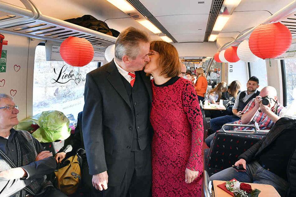 Hochzeitskuss in der Regionalbahn: Julia und Jürgen Reinhardt wählten einen ungewohnten Ort für ihre Trauung.