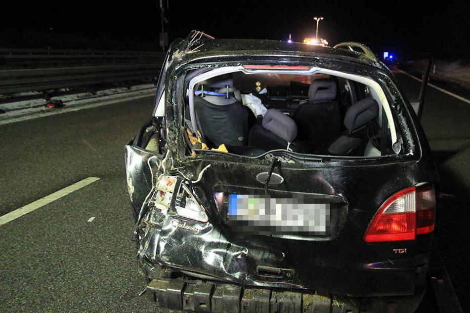 Das Mädchen wurde aus dem Ford Galaxy geschleudert und starb noch an der Unfallstelle.