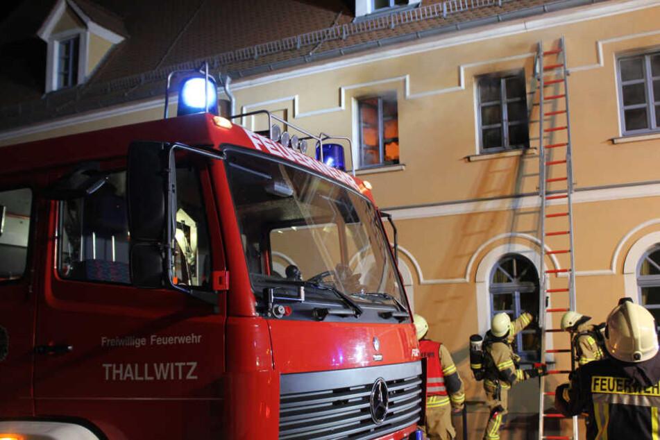Dutzende Kameraden mehrerer Feuerwehren aus der Umgebung waren in der Nacht zu Dienstag nach Thallwitz ausgerückt.
