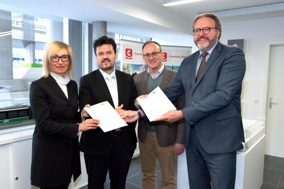 Staatssekretär Stefan Brangs (53, SPD) übergab an CVAG-Vorstand Jens Meiwald (54, l.) einen Scheck über 1,35 Millionen Euro für 15 neue Busse.