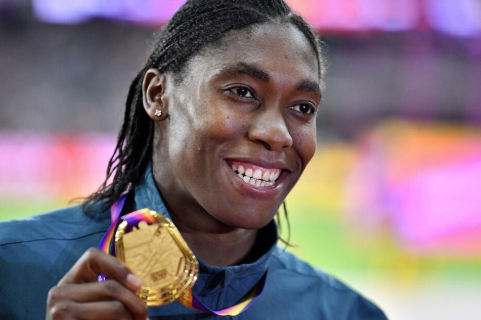 Semenya präsentiert 2017 stolz ihre WM-Goldmedaille.