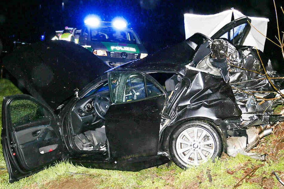 Der BMW krachte mit voller Wucht gegen einen Baum. Beide 19-jährigen Insassen starben bei dem Crash.