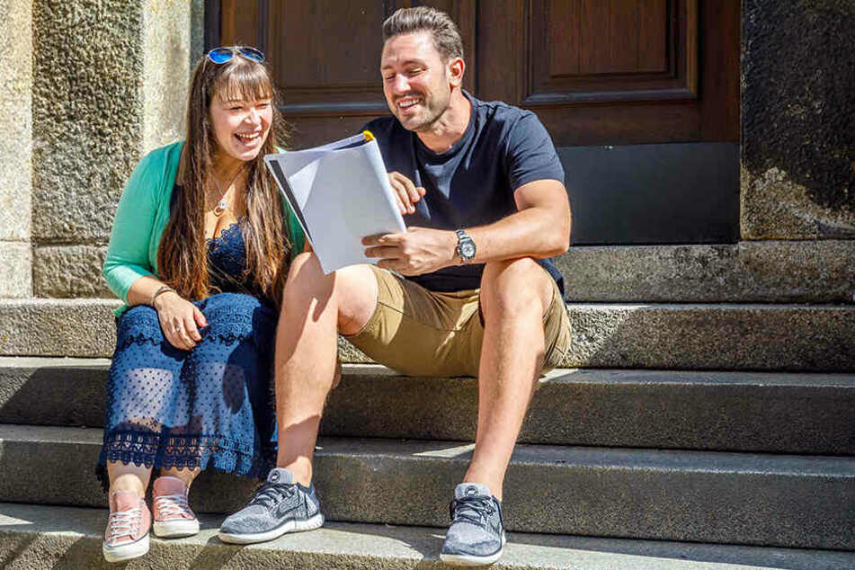 Der Bachelor und die Reporterin: Daniel Völz lernt mit Caroline Staude seinen Text für das Theaterstück.