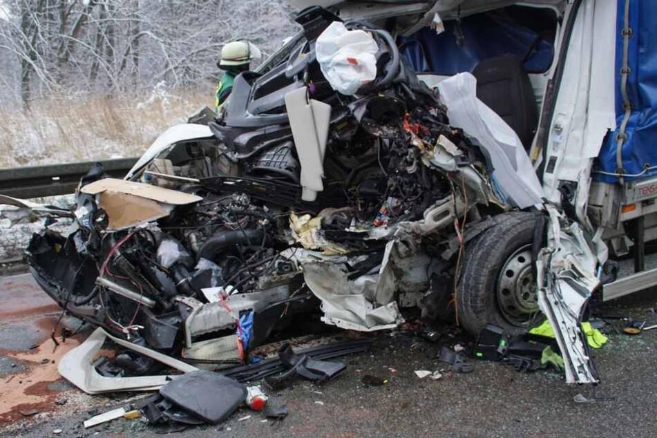 Das Wrack des Kleinstransporters, aus dem das Unfallopfer nur noch tot geborgen werden konnte.