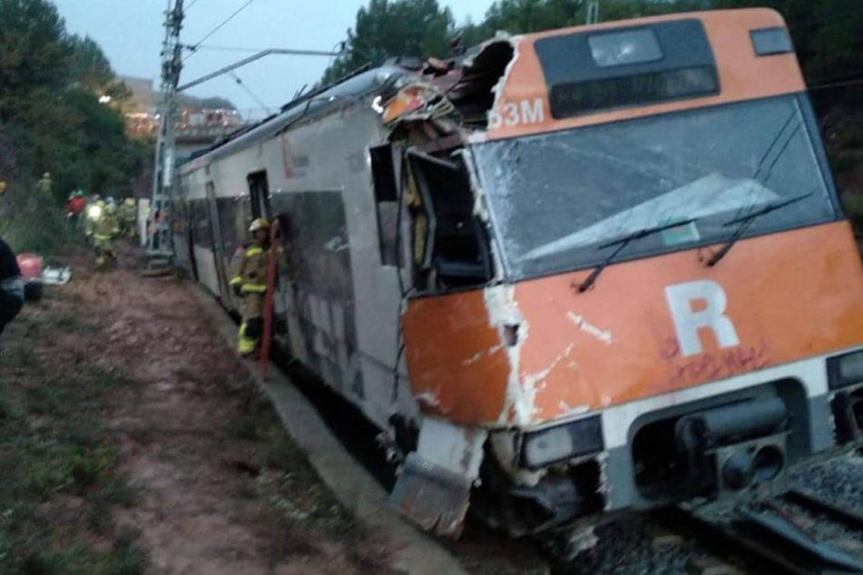Mehrere Waggons des Zuges sprangen aus den Gleisen.