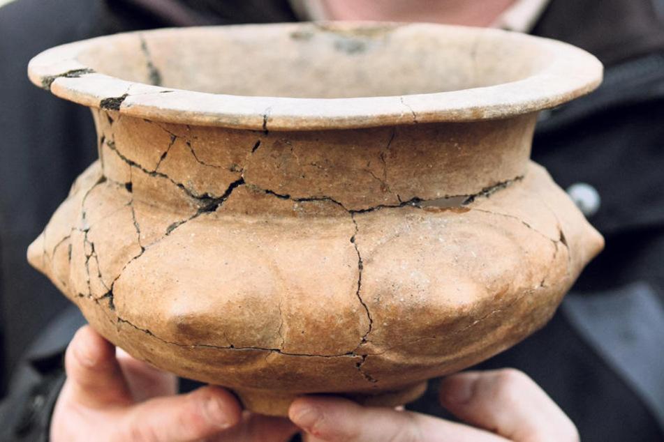 Wolfgang Ender vom Landesamt für Archäologie mit einem bronzezeitlichen Grabgefäß.