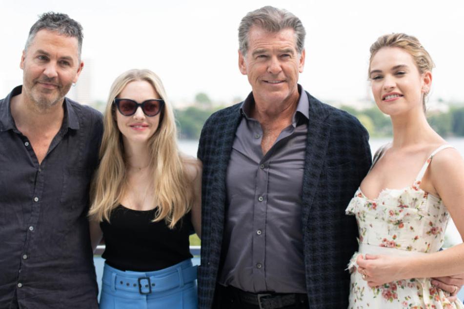 """Regisseur Ol Parker, Amanda Seyfried, Pierce Brosnan und Lily James (von links) während eines Fotocalls zum Kinofilm """"Mamma Mia 2""""."""