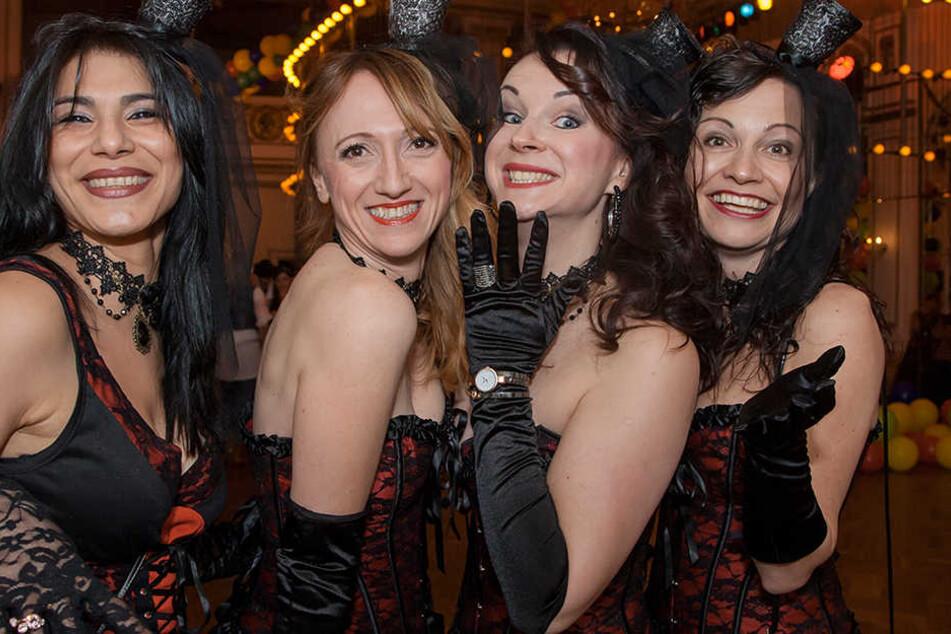 """Manu (41), Steffi (38), Melli (34) und Susi (40) (v. l.) sind Teil einer """"10-Frau"""" großen Truppe, die beim Fasching im Parkhotel Dresden feiern."""