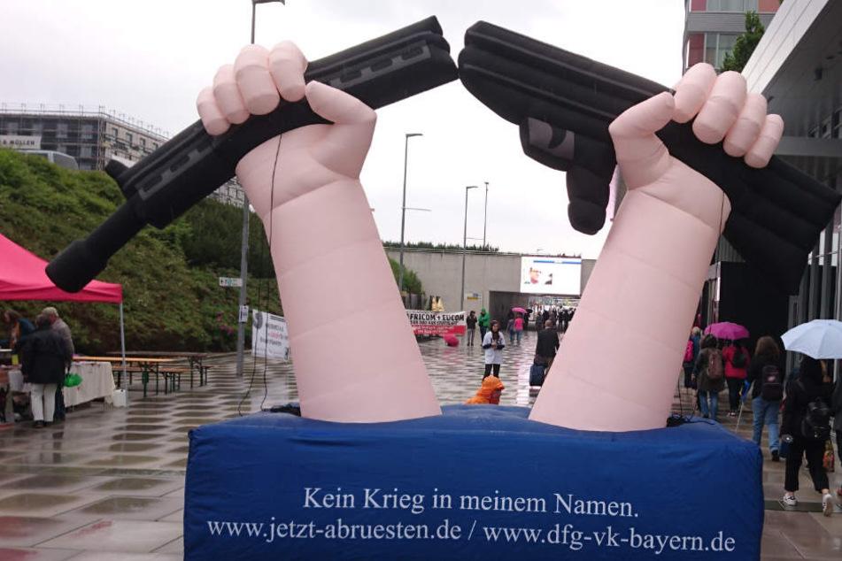 Die Rüstungsgegner machen gut sichtbar auf sich aufmerksam.