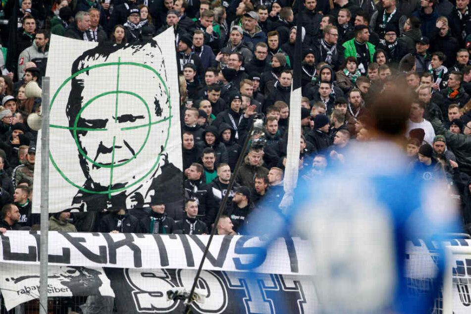 Gladbachs Fans zeigten Dietmar Hopp im Fadenkreuz.
