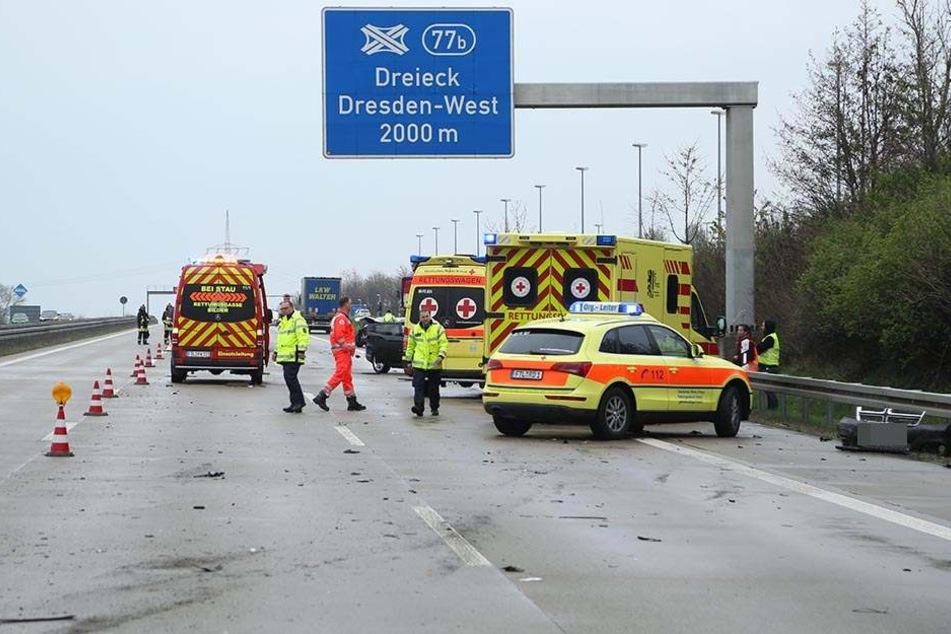 Nach dem Unfall auf der A4 mussten die Rettungskräfte sich um mehrere verletzte Personen kümmern.