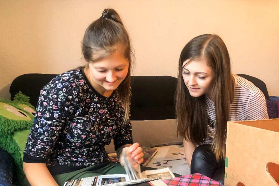 Jenny (27, r.) und Jessica (24), Jens' Töchter aus erster Ehe, blättern in alten Fotoalben.