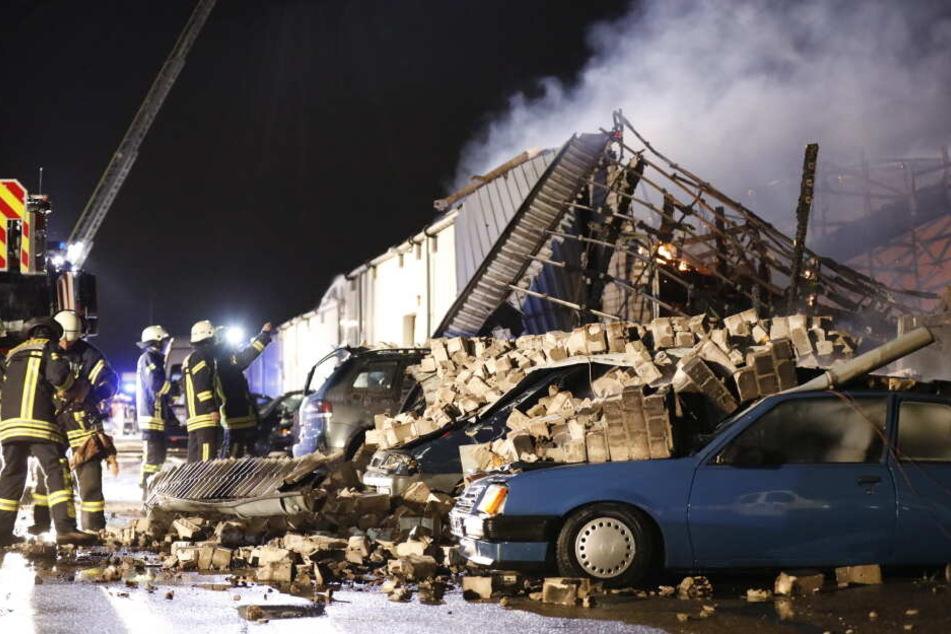 Teile des Gebäudes stürzten auf mehrere Autos.