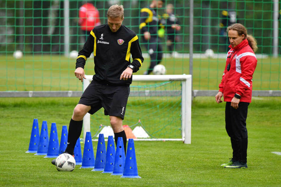 Er kämpft sich zurück: Der Dynamo-Kapitän mit Physiotherapeut Tobias Lange.