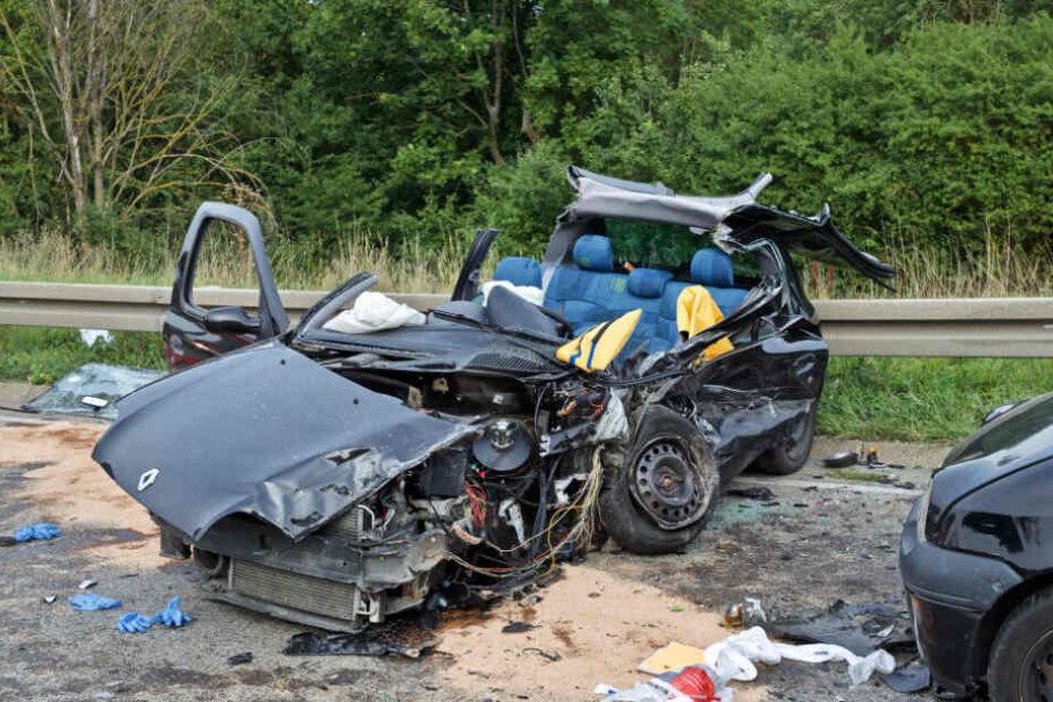 Auto kommt in Gegenverkehr: Frau stirbt noch an Unfallstelle