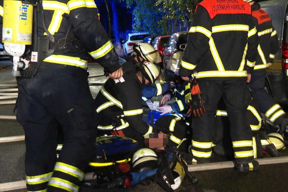 Einsatzkräfte versorgen den Kollegen, der bewusstlos am Boden liegt.