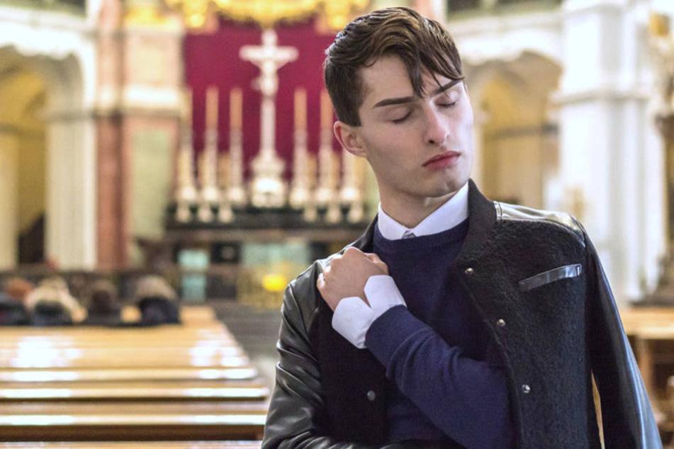 Vor dem Altar der Hofkirche posiert Mr. Matthew in einem fast pastoral wirkenden Outfit.