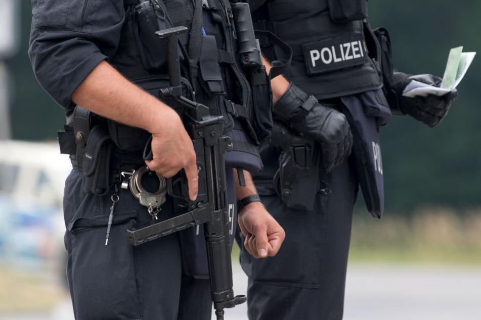 Bewaffnete Jugendliche gehen in Kaufhaus: Polizei sichert Ausgänge ab