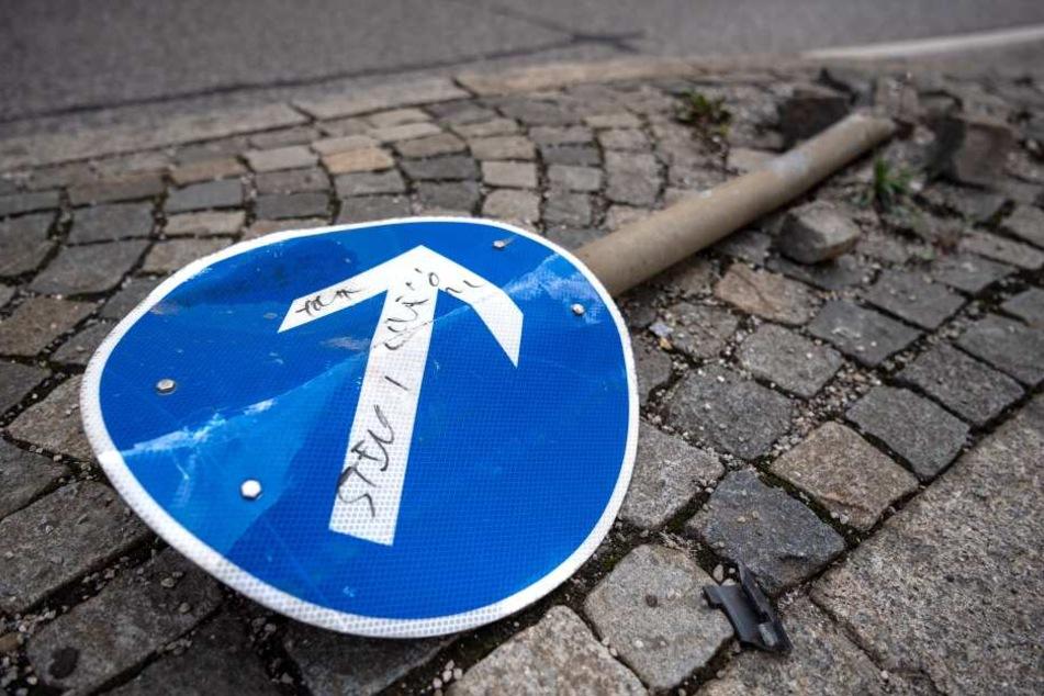 Durch beschädigte Schilder steigt die Gefahr von Unfällen.
