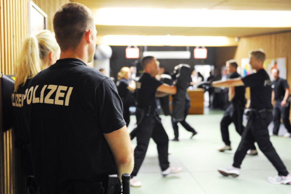 Auszubildende der Polizei trainieren an der Schule in Eutin.