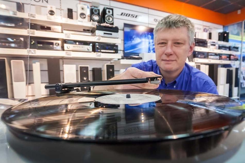 Schöner die Weihnachtslieder nie klingen: Stefan Straube (50) steht auf Plattenspieler.