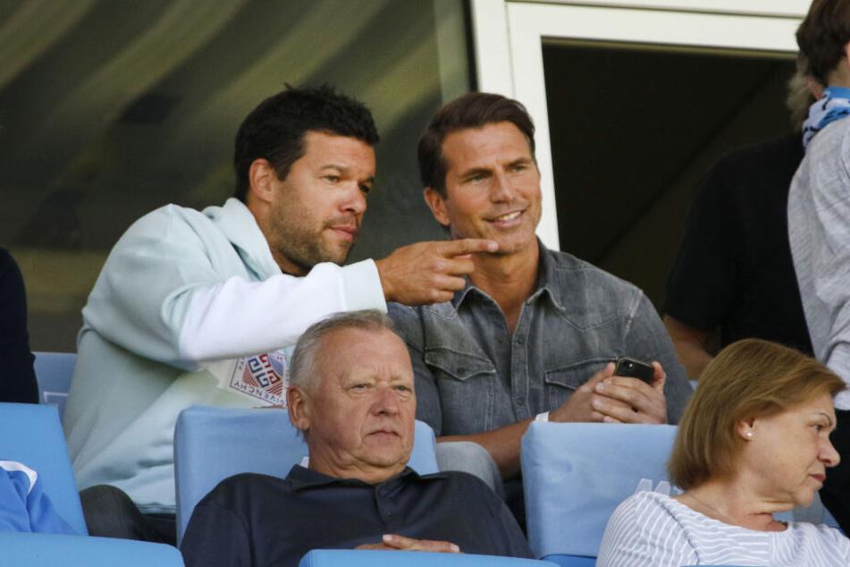 Michael Ballack schaute sich das Derby gegen Jena gemeinsam mit Patrick Glöckner an, der als neuer CFC-Trainer im Gespräch ist.