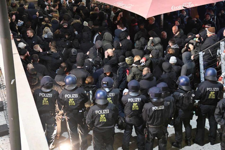 Die Polizei kesselte rund 250 bis 300 St. Pauli-Fans vor dem Spiel gegen Bielefeld ein.