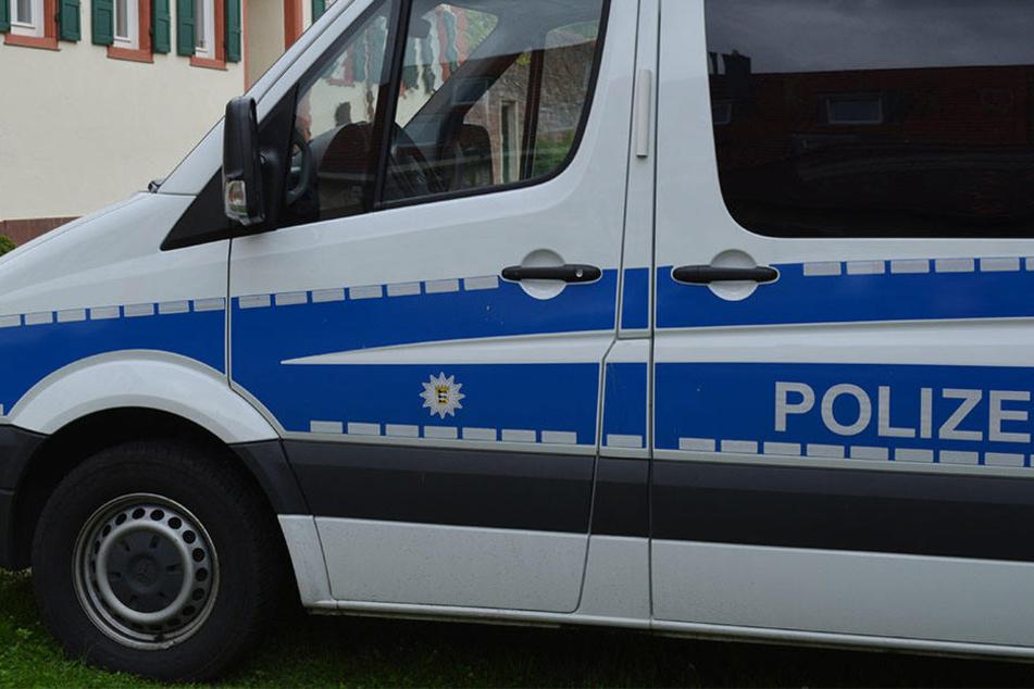 Die Polizei nahm die Frau fest, nachdem sie von dem Busfahrer und einem Zeugen bis zum Eintreffen der Beamten festgehalten wurde (Symbolbild).