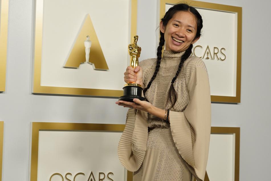 """Chloe Zhao (39), Regisseurin, mit dem Oscar für den besten Film für """"Nomadland"""" im Presseraum bei den Oscars in der Union Station."""
