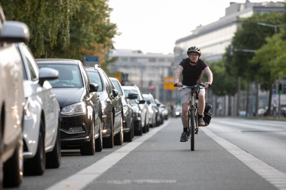 Die Stadt prüft, ob der Radweg entlang der St. Petersburger Straße sicherer werden muss.