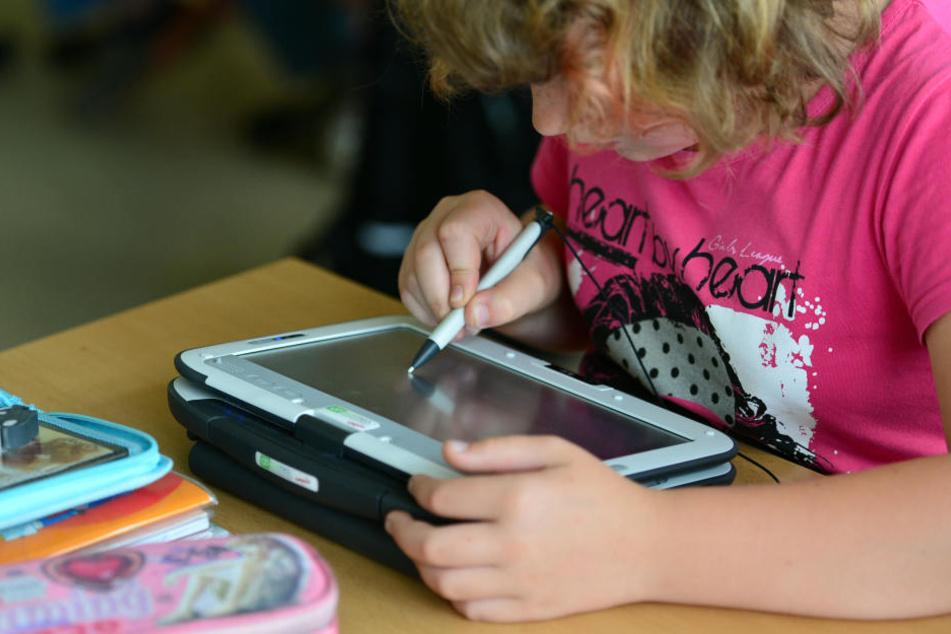 In Hessens Schulen gehört die intensive Nutzung von elektronischen Geräten zum Alltag.