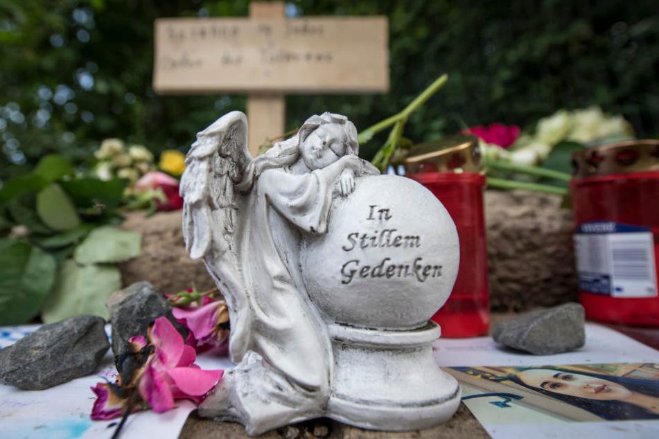 Am Fundort von Susannas Leiche legten zahlreiche Trauernde Kerzen und weitere Zeichen der Anteilnahme ab.