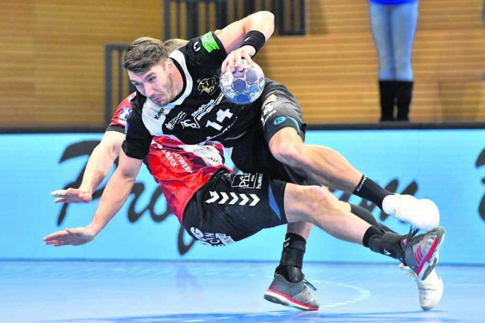 Es war ein Duell ohne Sieger. Hier sind Dresdens Gabriel De Santis (o.) und der Lübecker Pawel Genda im Zweikampf.