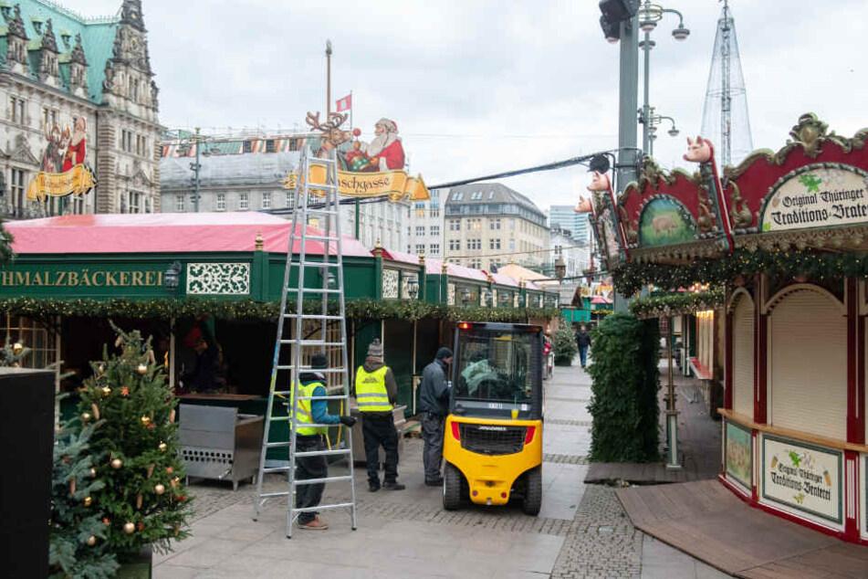 Der Weihnachtsmarkt auf dem Rathausmarkt wird noch aufgebaut.