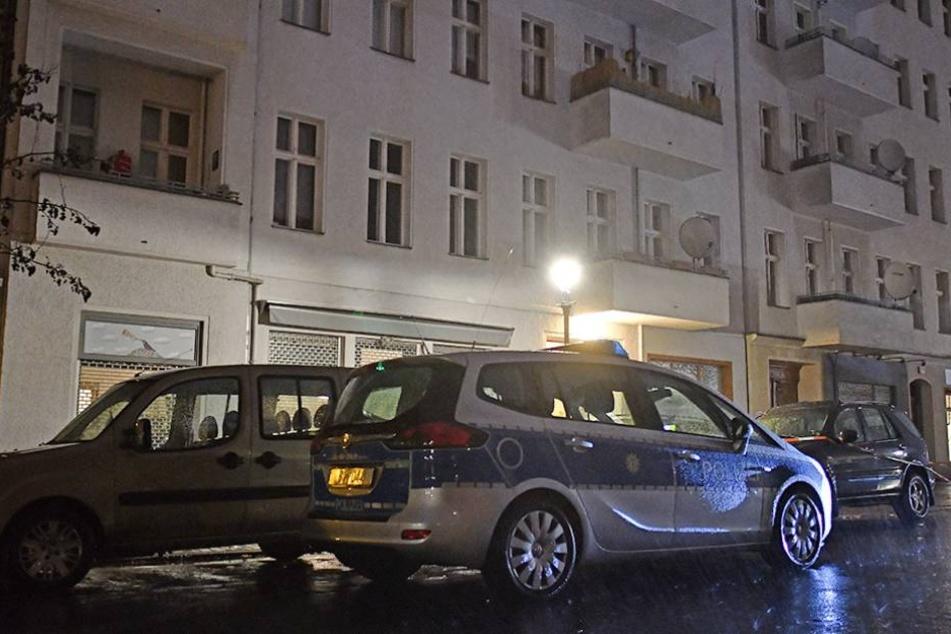 Ein Polizeiwagen steht vor dem Wohnhaus in der Pücklerstraße in Kreuzberg, wo sich das Verbrechen im Hinterhaus abspielte.